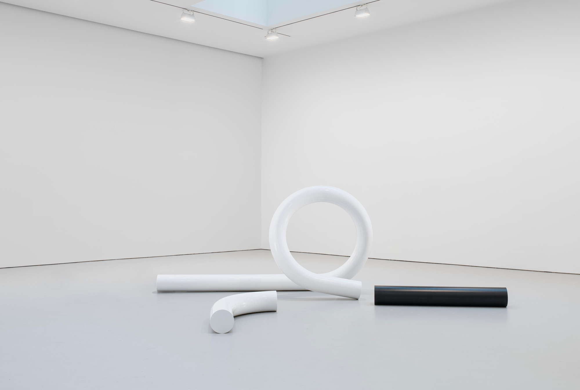 Carol Bove. The White Tubular Glyph. 2012. Powder coated bent steel, dimensions variable. Photos by EPW Studio/Maris Hutchinson. Courtesy of the artist, Maccarone New York, and David Zwirner New York/London