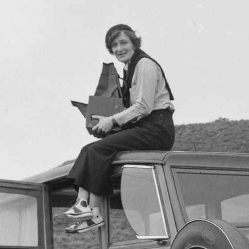 Dorothea Lange, Resettlement Administration photographer, in California. Library of Congress, Prints & Photographs Division, FSA/OWI Collection, LC-DIG-ppmsc-00188