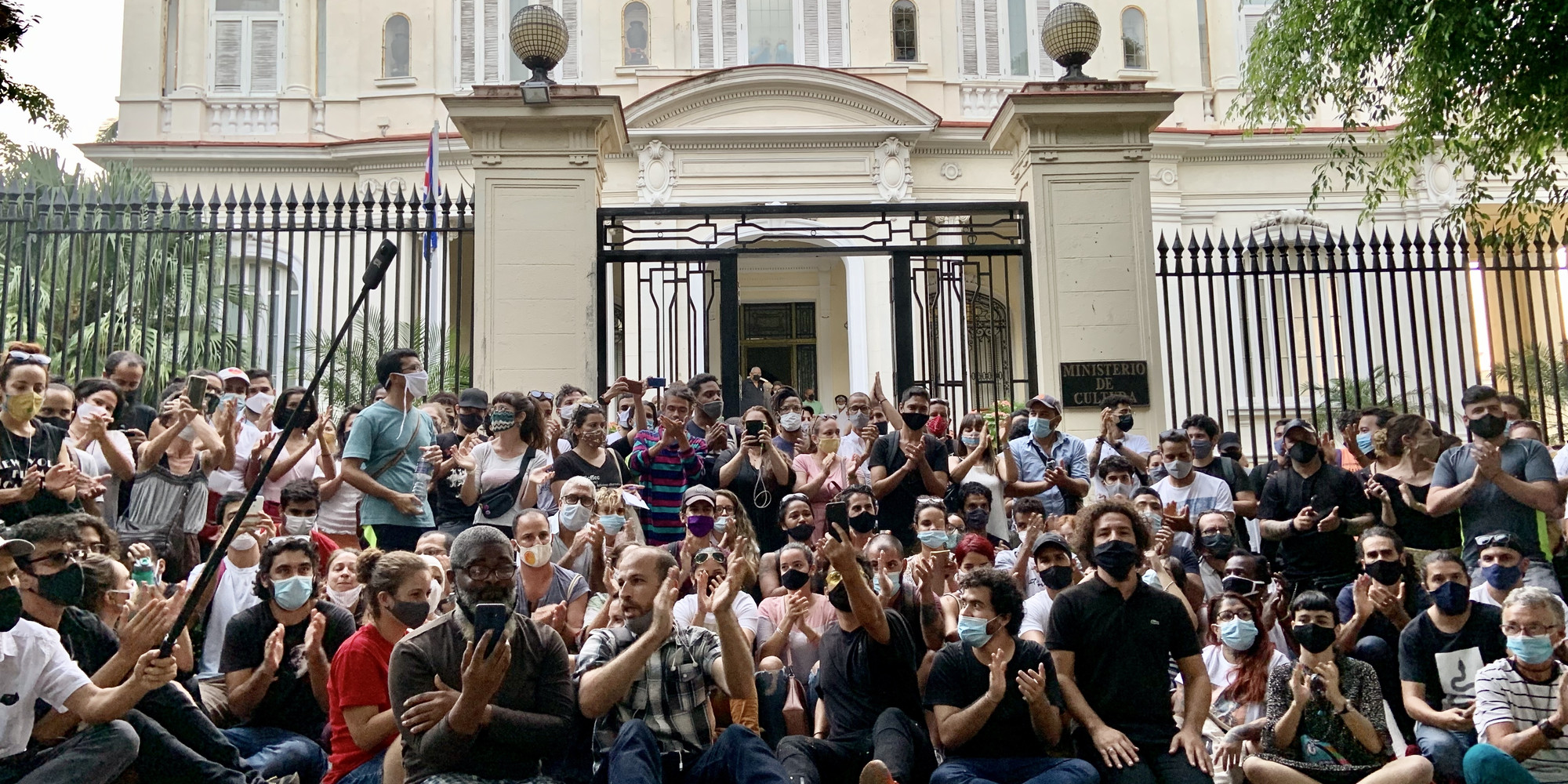 An artists' protest in front of the Ministry of Culture in Havana, November 27, 2020. Photo: Reynier Leyva Novo