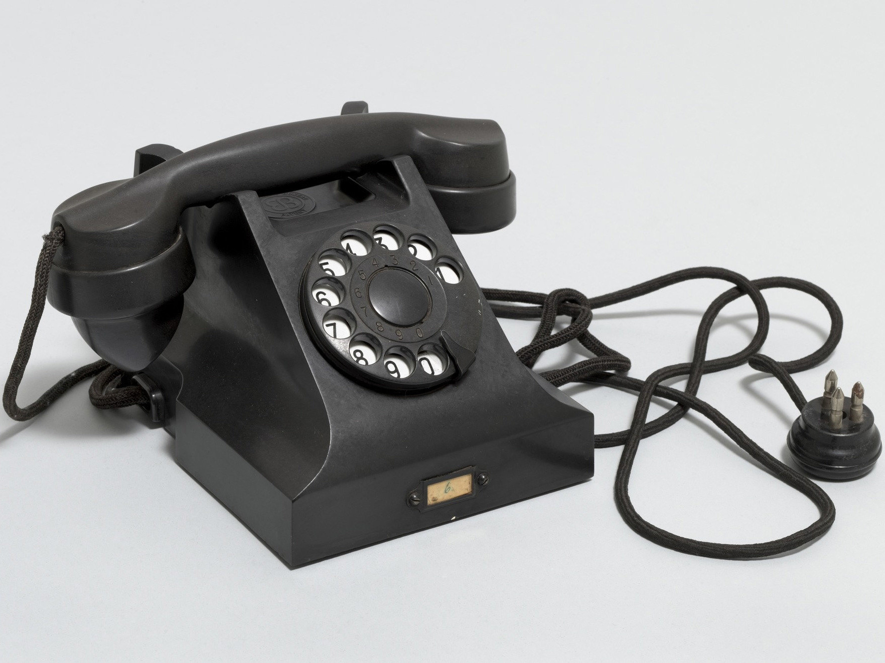Jean Heiberg. Ericsson Telephone (model DBH 1001). 1932. Bakelite, sheet brass, and painted nickel-plate. Manufacturer: Elektrisk Bureau. Gift of The National Museum – The Museum of Decorative Arts and Design, Oslo