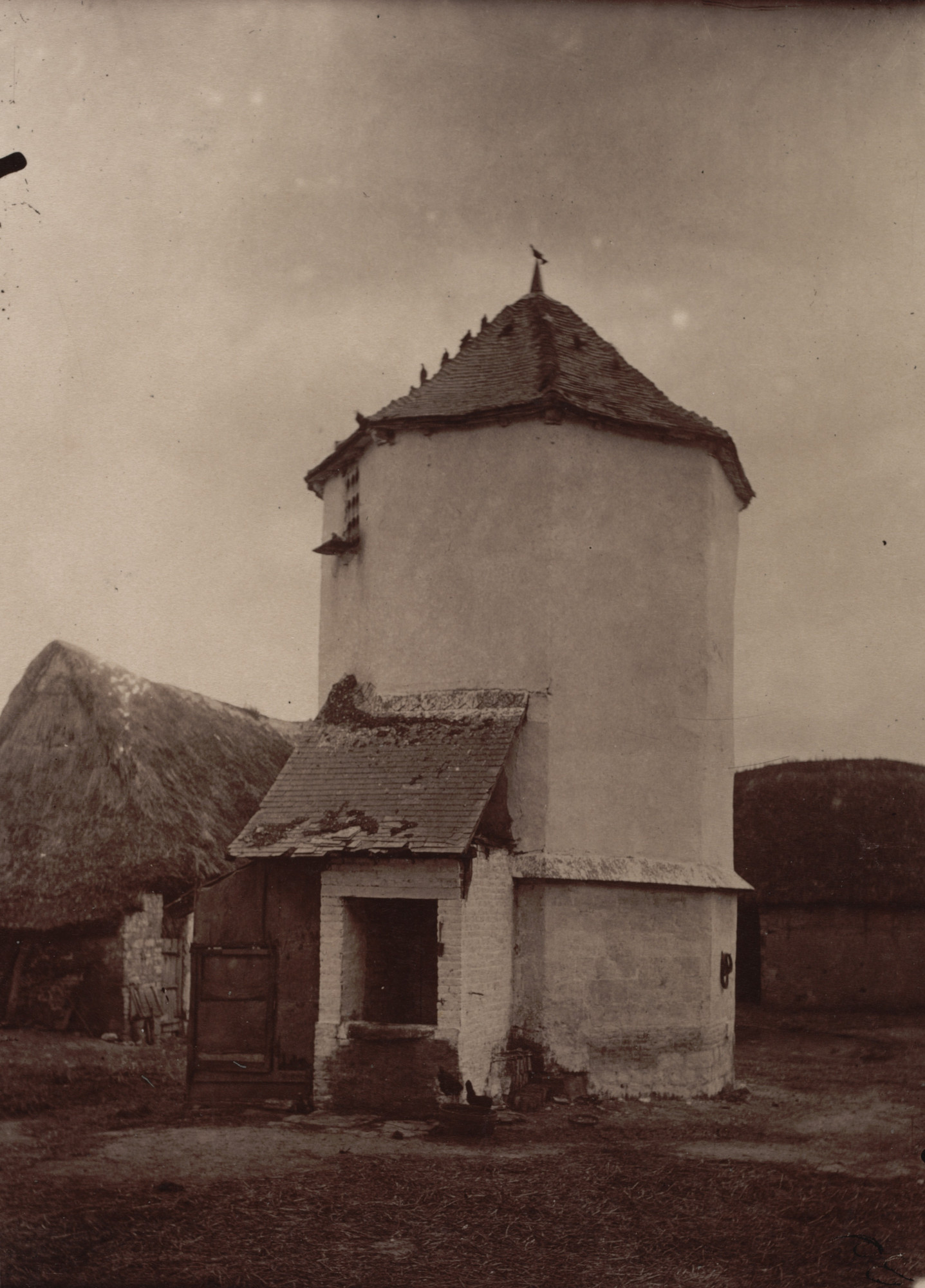 Eugène Atget. Ferme, Abbeville. Probably before 1898