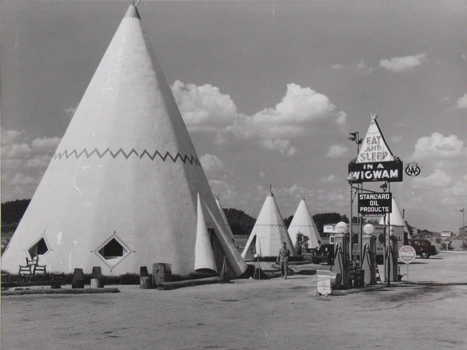 Marion Post Wolcott. Cabins Imitating the Indian Teepee for Tourists Along Highway South of Bardstown, Kentucky. 1940