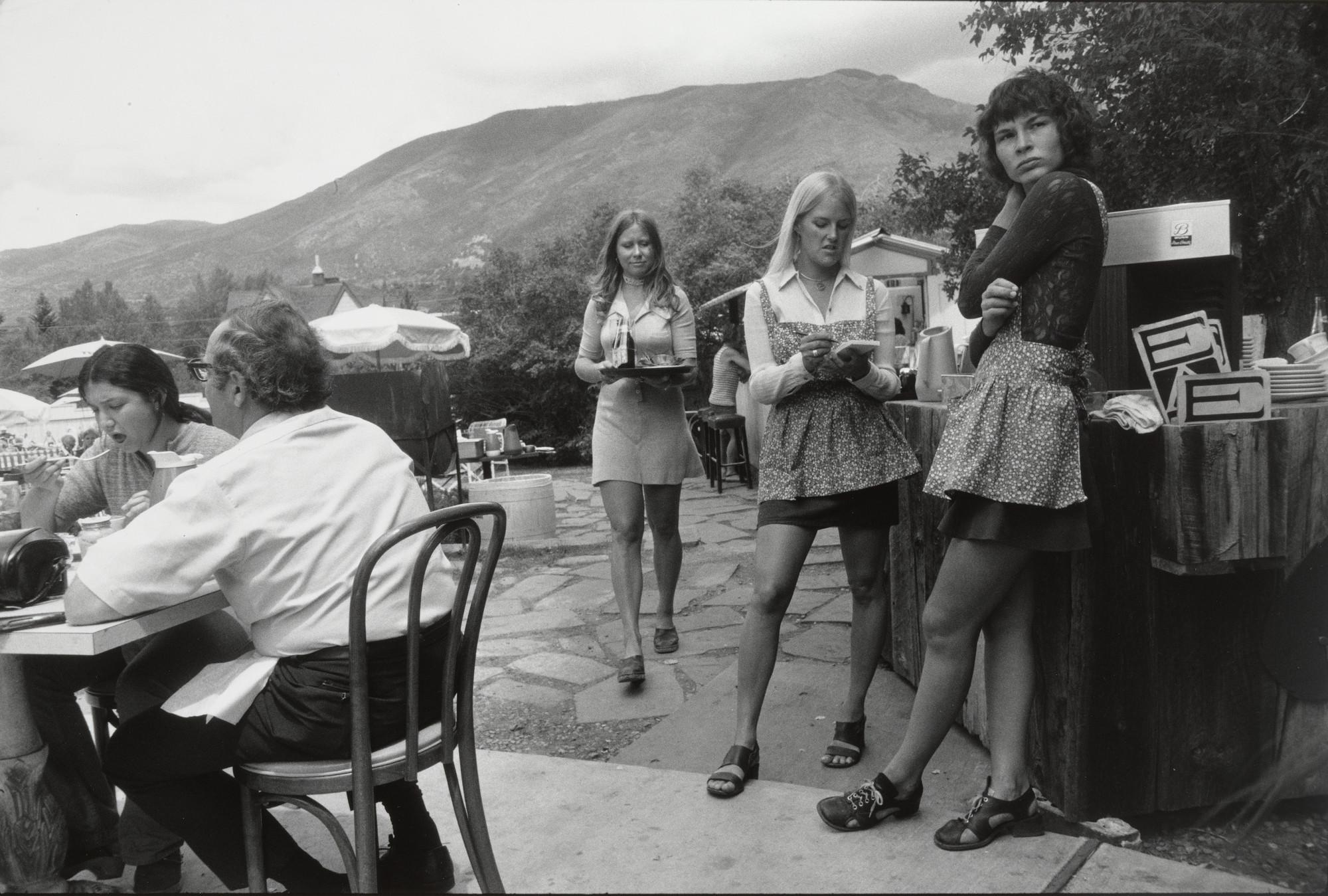 Официантки на террасе ресторана, Аспен, Колорадо, 1970-е. Фотограф Гарри Виногранд
