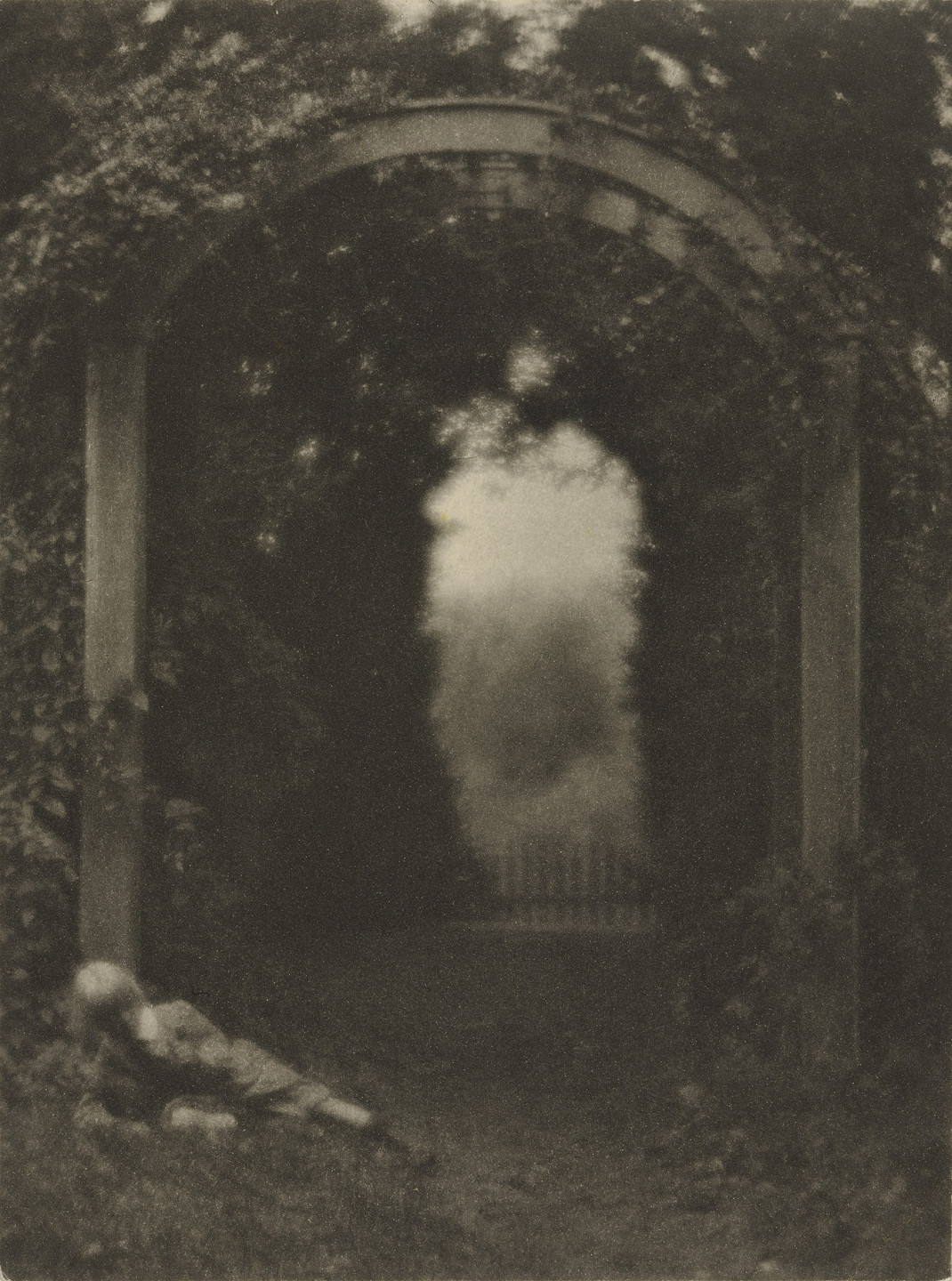 Clarence H. White. Entrance to the Garden. 1906