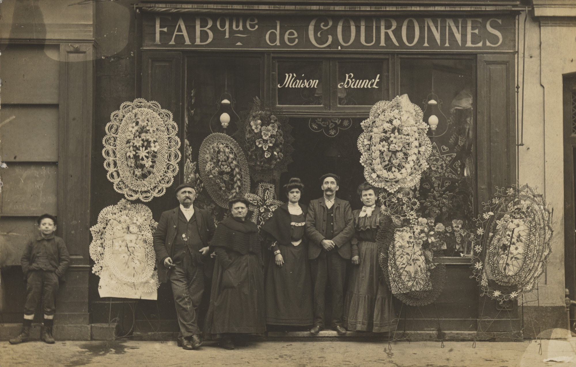 Unknown photographer. Maison Brunet, Fabque de couronnes, 145, rue de Charenton, Papiers photographiques – Duvau, Paris. 1903