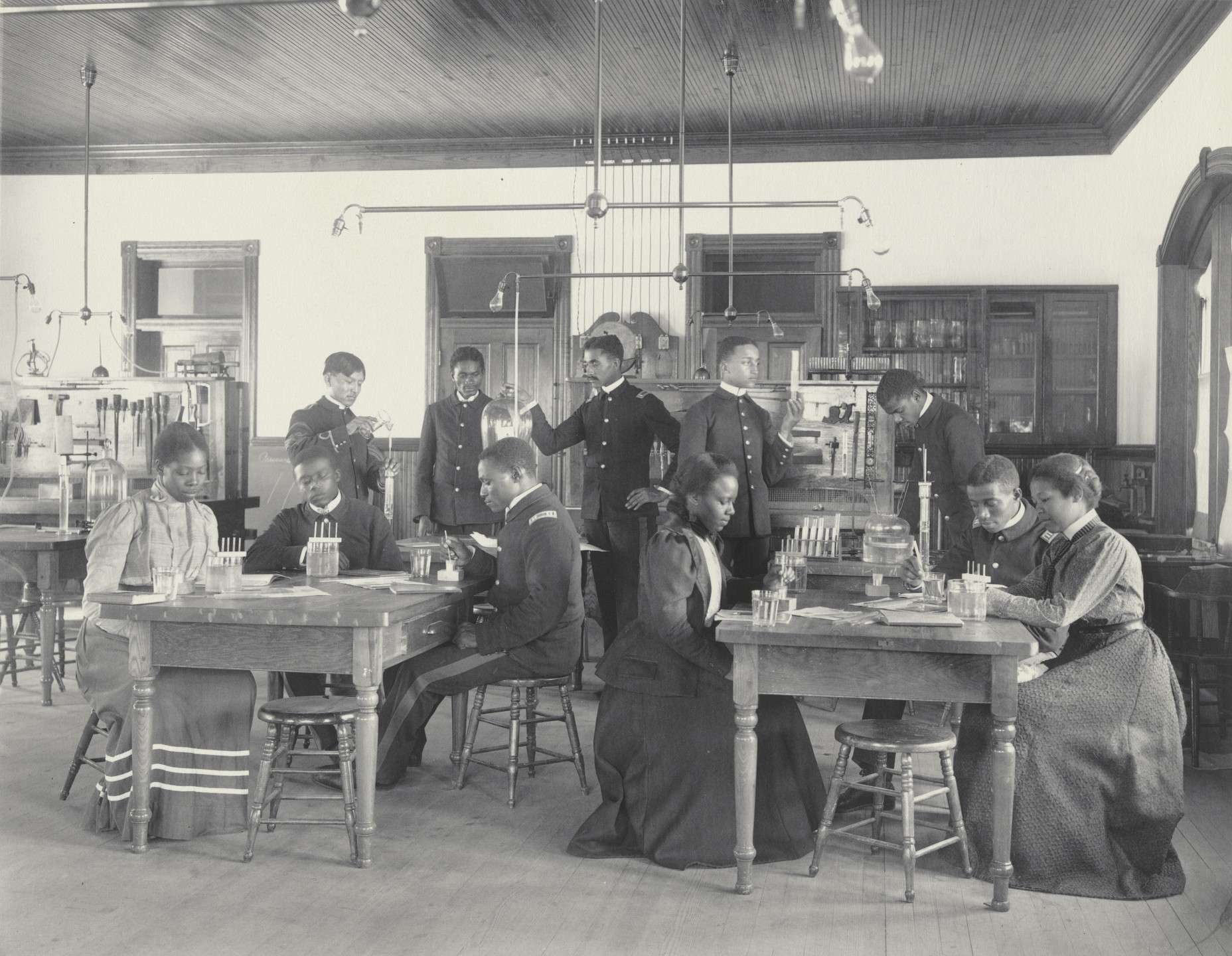 Frances Benjamin Johnston. Physics. Seniors studying osmose. 1899-1900