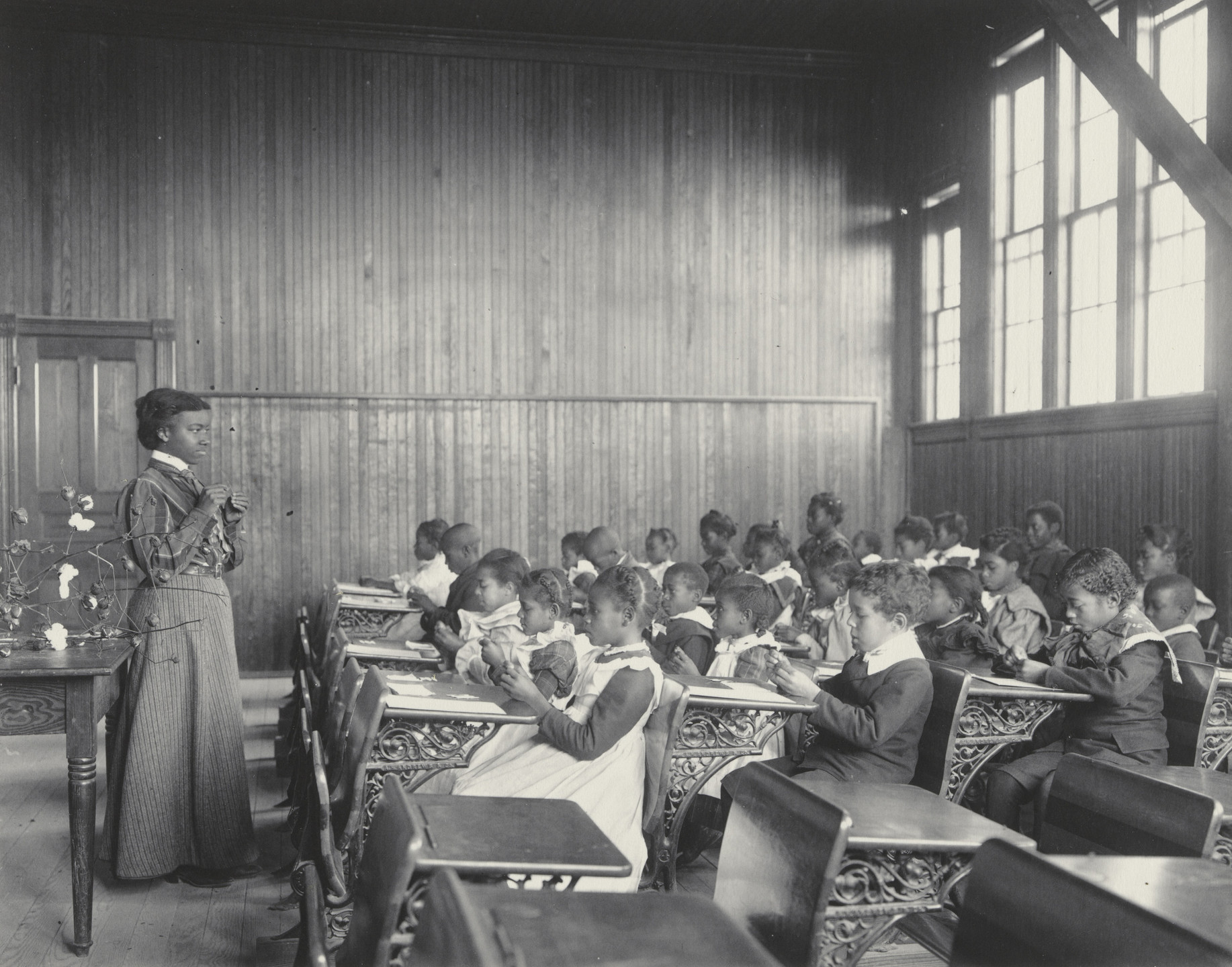 Frances Benjamin Johnston. A sewing lesson at the Whittier. 1899-1900