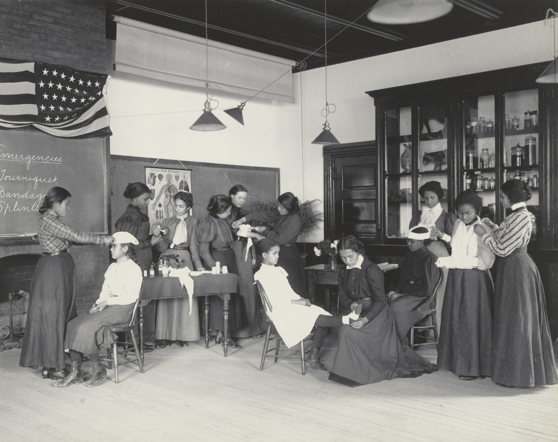 Frances Benjamin Johnston. Physiology. Class in emergency work. 1899-1900