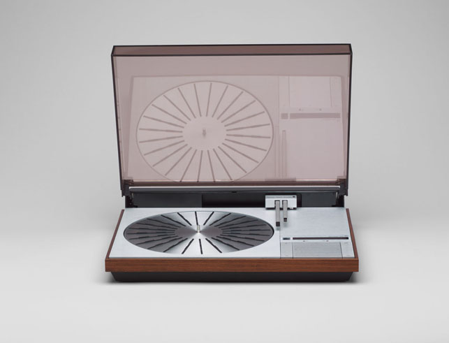 Jakob Jensen. Beogram 400 Record Player. 1972. Rosewood, aluminum, stainless steel, and plastic, 3 3/4 X 14 1/2 X 19″. Gift of the manufacturer