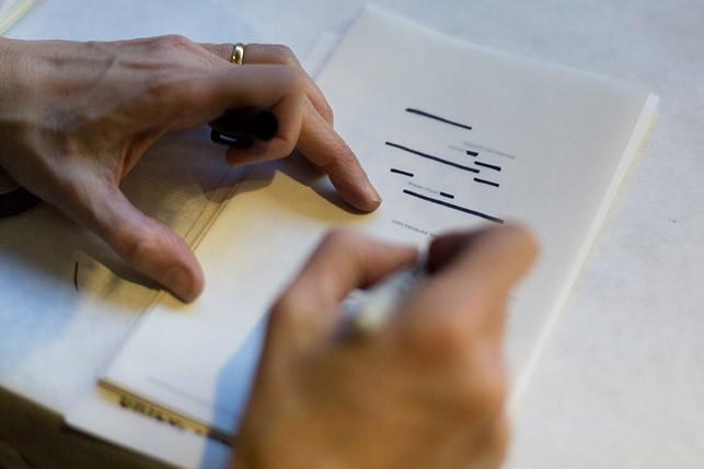 Participant making an intervention in Stéphane Mallarmé's poem Un Coup de Des Abolira Jamais Le Hasard