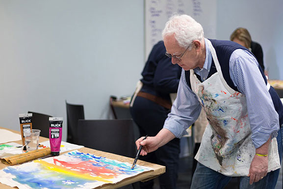 Albert Bukszpan in a recent Prime Time painting class. Photo: Beatriz Meseguer